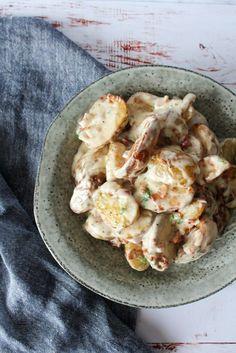 Jeg elsker flødekartofler, så jeg gik i køkkenet for at lave noget, som minder om flødekartofler. Jeg endte ud med denne ret, som smager som en drøm! Cremet og lækker og de sprøde kartofler… …