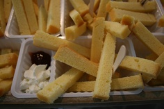 Jippie Frietjes!    Snij van oma's cake (of zelfgebakken cake) de mooiste frietjes en leg ze in een echt frietbakje met houten prikkertje. Natuurlijk mag de mayonaise (slagroom) en ketchup (aardbeienjam) niet ontbreken. Smullen maar