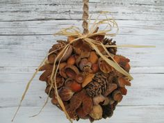 Koule z přírodnin Christmas Wreaths, Xmas, Christmas Ideas, Pine Cone Decorations, Primitive Christmas, Nature Crafts, Pine Cones, Fall, Autumn