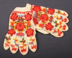 Hallingdal Museum, broderte vanter fra Hallingdal - Norway Knit Mittens, Color Shapes, My Heritage, Fingerless Gloves, Norway, Scandinavian, Colours, Costumes, Traditional
