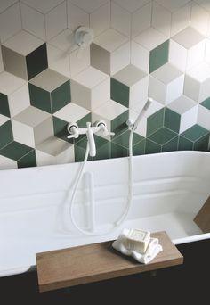 """La robinetterie """"Fez"""" (Agape) en version blanc mat s'associe au patchwork géométrique du carrelage en grès cérame """"Tex"""", Mutina."""