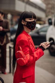 The best street style at Paris Fashion Week autumn/winter - Vogue Australia Fashion Week Paris, Fashion 2020, Seoul Fashion, Asian Fashion, Look Fashion, Fashion Outfits, Fashion Tips, Fashion Design, Fashion Trends