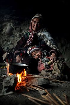 Mother and child in a sleeping cave during Zanskar river walk, Ladakh, India. Photo by Timothy Allen. Robert Doisneau, We Are The World, People Around The World, Amazing Photography, Portrait Photography, Street Photography, Travel Photography, Madonna, Pakse