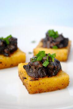 Italian Food - Polenta with mushroom - Canapés de polenta e champignons