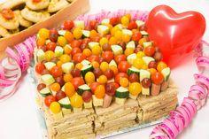 Työlään täytekakun sijasta pöydän keskipisteenä voi olla kolmioleivistä ja coctailtikkuvartaista koottu kakku, jonka kasaa helposti ennen juhlia. Makeiksi herkuiksi puolestaan käyvät kuppikakut, joiden koristelun voi huoletta jättää juhlavieraille. Tämä säästää leipojalta yhden työvaiheen ja on myös hauska ohjelmanumero vieraille.