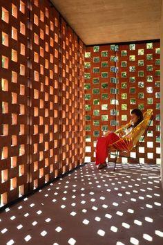 EXPERIMENTO CON LADRILLOS. El cerramiento en ladrillos permite el ingreso de la luz exterior y hace del corredor entre las 4 habitaciones un espacio que se puede aprovechar para leer o descansar.