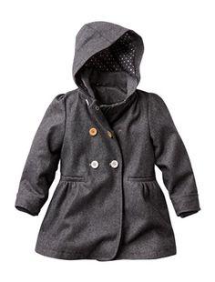 Petit manteau ouatiné facile à boutonner, même pour les plus petites grâce au système de repérage coloré des boutons !  Col claudine et capuche Ouvert