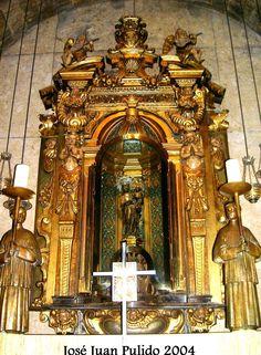 """Monasterio de LLuc. Virgen de LLuc conocida como """"La Moreneta"""". Realizada en piedra de marés. Siglos XIII-XIV.  LLuc Monastery Virgin of LLuc known as """"La Moreneta"""""""