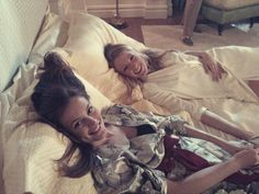 Leighton Meester (Blair) and Blake Lively (Serena) on the set of Gossip Girl. Gossip Girl Cast, Mode Gossip Girl, Gossip Girl Outfits, Gossip Girls, Blair Waldorf, Serena And Blair, Serena Van Der Woodsen Style, Super Rich Kids, Gossip Girl Quotes