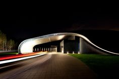 Curvilinear iconic building of 'A House' clubhouse at The Ananti Club Seoul (GHM Hotels) School Architecture, Art And Architecture, Luxury Hotel Design, Wellness Spa, Hotels And Resorts, Seoul, The Good Place, House Design, Club