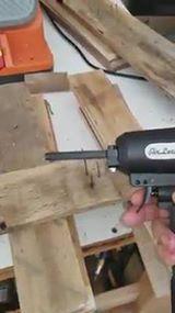 Uma ferramenta incrível para remover pregos da madeira!