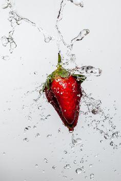 봄의 과일 딸기는 물을 만나면 더욱 싱싱하게