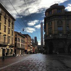 [gli amici di Iperbole fotografano] Cielo blu, raggi di sole sulla città: buongiorno e buon weekend a tutti!  bellissima foto di @rodolfodue, instagram