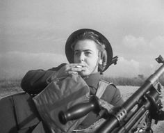 A Polish female soldier on break during a training drill at Gullane Beach in Scotland Ww2 Pictures, Brave Women, War Photography, Female Soldier, Historical Images, American War, Fantasy Warrior, Women In History, War Machine