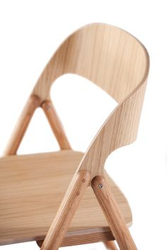 An elegant wooden folding chair with a curved seat and back are made of layered birch ply with oiled oak veneer, which transitions into the round oak legs. Painted Wooden Chairs, Wooden Folding Chairs, Chair Design Wooden, Black Dining Room Chairs, Dining Table Chairs, Plywood Furniture, Furniture Design, Dinning Table Design, Luxury Office Chairs