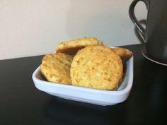 Un rico bocadillo muy fácil de hacer; ideal para cocinar con los niños Ingredientes: 100g de coco rallado 2 huevos 2 cucharadas de crema entera (aprox) Escencia de vainilla Stevia a gusto (yo uso 2…