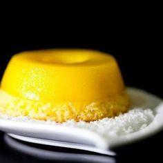 Ingredientes 3 gemas de ovo 1 colher (chá) de margarina light 4 colheres (sopa) de coco ralado light 500 mL de leite de coco light 1 xícara (chá) de adoçante