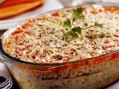 Zapečené mleté maso s těstovinami 600 g mletého vepřového masa 1 ks cibule 350 g konzervovaných rajčat 2 lžíce rajského protlaku 1 stroužek česneku 150 g tvrdého sýra 125 g sýra mozzarella 2 špetky mleté sladké papriky 2 špetky mleté ostré papriky 2 špetky kari koření 3 špetky soli 500 g těstovin 2 lžíce oleje