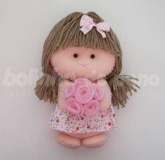 Bonequinha de Feltro segurando flores. Possui 20cm de altura e média de 12cm largura. Boneca segurando flores. Ideal para decoração de quartos e festas infantil.  ** Preço por unidade. R$ 30,00