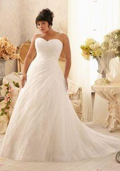 Com pequenos cristais sobre o tule! Que lindo!   #vestidodenoiva #Plussize #casamento #sitesdecasamento #casare #omaiselegante