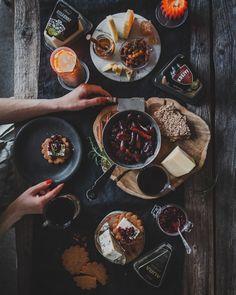 Juustotarjotin I juustolautanen I juusto I jouluruoka I pikkujoulu I resepti I ideoita I glögitaatelit I Glögi I karpalohillo I paahdetut pähkinät I ruokakuvaus I cheese plate I cheese platter I christmas food I food photography