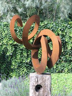Cortenstaal in moderne tuin. het tuinontwerp is van Locus Flevum uit Lelystad