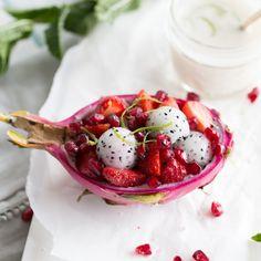 Volle Fahrt voraus! Dein Drachenfrucht-Schiffchen hat die Passagiere Erdbeere und Granatapfel an Bord und schwimmt im Kokosdressing.