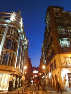 nocturnas calles del prado y del príncipe, en la esquina de la plaza de santa ana...