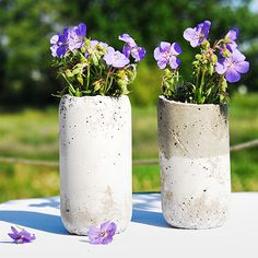 Make a super fab concrete vase in less than 30 minutes with the quick & easy tutorial by Sibylle from Funkytime!