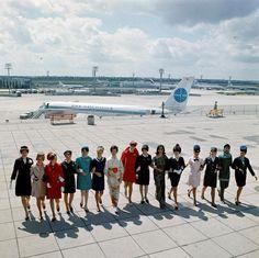 HOTESSES EN 1969 Ces quinze hôtesses sont venues du monde entier pour présenter leur nouvel uniforme. Ce ne sont pas des mannequins, mais des jeunes femmes que l'on peut rencontrer sur les vols. De gauche à droite, Panam, East African Airways, Aéroport de Paris, Air Canada, Middle East Airlines, TWA, Alitalia, Air India, El Al, Air France qui fait sa révolution en rose, South African Airlines, Pakistan International Airlines, Lufthansa.