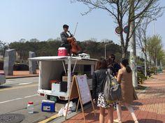 한양대 에리카캠퍼스에 찾아온 food truck! 멋진 청년 둘이서 봄과 잘 어울리는 딸기 관련 음료와 디저트를 팔고있어요 @fruittruckkorea