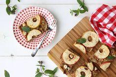 Dit heerlijke, warme recept voor appelplaatkoek met havervlokken of havermout op eethetbeter.nl is heerlijk als ontbijt op gure herfstdagen!