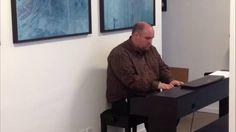 Matthew Frandsen spiller egen komposition i Sofie Pihls udstilling