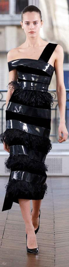 Ralph & Russo Fall 2018 Ready-to-Wear Fashion Show Couture Week, Haute Couture Fashion, Fashion 2018, Fashion Show, All Black Party, Formal Wear Women, Ralph And Russo, Wearing Black, Strapless Dress Formal