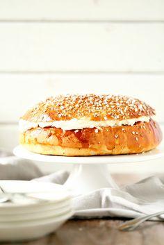 Tämän vuoden laskiaspullakauteni alkoi tällä kiireisen (tai laiskan) leipurin helpolla, herkullisella, isolla laskiaispullalla. Tällaisen ison komistuksen voisi iskeä vaikka kahvipöytään kakun asemesta 🙂 Olen aiemminkin blogissa maininnut, että vaikka rakastankin leipomista, sitä omaapientä hetkeä… Hamburger, Pancakes, Bread, Baking, Breakfast, Food, Morning Coffee, Brot, Bakken