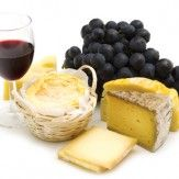 [FRANÇAISE]  La cuisine française est une cuisine extrêmement riche et diversifiée. Chaque région possède également sa propre cuisine mais les traditions régionales et les plats qui en découlent ont pour la plupart été reconnus au niveau national.  Le fromage et le vin tiennent une place privilégiée dans la gastronomie française dans laquelle ils sont utilisés soit comme ingrédients soit comme accompagnement.