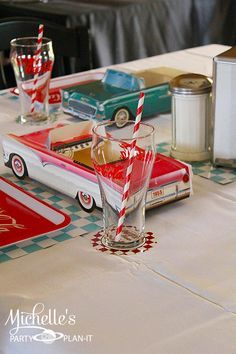 Perfect for someone born in the Cute diner retro themed birthday party with tons of ideas! Sock hop party ideas & more. Via Kara's Party Ideas Fifties Party, Retro Party, Vintage Party, Festa Pin Up, 50s Theme Parties, 1950s Theme Party, 1950s Diner, Retro Diner, Diner Party