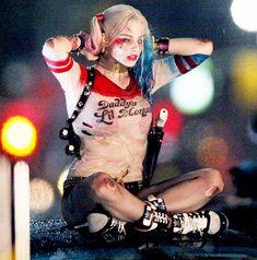 Partager Tweeter Épingler E-mail Harley Quinn (Margot Robbie) et Deadshot (Will Smith) qui se rapprochent sur le tournage de Suicide Squad, comme c'est mignon ...