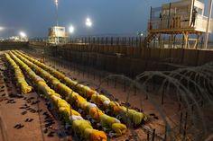 Insassen beten gemeinsam in Camp Bucca, dem zeitweise größten US-Gefängnis im Irak. Dort saßen zu Rekordzeiten über 24.000 Häftlinge ein. 2010 wurde es mit dem Abzug der Amerikaner geschlossen.