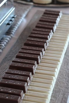 Easy Kit-Kat piano at any party for a music lover. perhaps I can't play on this piano, but, I love Kit-kat's. Piano Cakes, Music Cakes, Music Themed Cakes, Country Themed Parties, Music Themed Parties, Music Party Decorations, Music Decor, Music Party Themes, Music Centerpieces