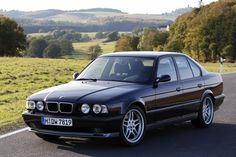 Presentata al Salone di Parigi del 1988, venne lanciata nel giugno del 1989. Realizzata sulla base della contemporanea 535i, la M5 E34, condivideva con quest'ultima il motore, un 6 cilindri di 3535 cm³, che in questo caso fu portato a 315 CV di potenza massima, grazie anche all'adozione della distribuzione a due assi a camme in testa con 24 valvole. Le M5 E34 uscirono di listino nel 1995: ne furono prodotti 3910 esemplari in totale, di cui 3019 berline e 891 station wagon.