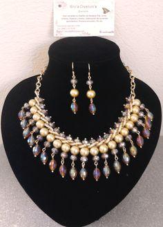 Collar corto de perlas y cristal.