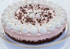 Browniekage med jordbær mousse er en ny version af den populære udgave med hindbær mousse. Du kan lave den med lige den frugt mousse som du har lyst til Cake Cookies, Cupcake Cakes, Just Desserts, Delicious Desserts, Nake Cake, Cake Recipes, Dessert Recipes, Danish Food, Creative Cakes