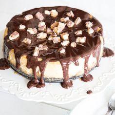 Mega lecker, mega easy: Dieses Eis am Stiel macht richtig was her, passt perfekt in den Sommer und überrascht dich mit ganzen Keksen im Inneren.