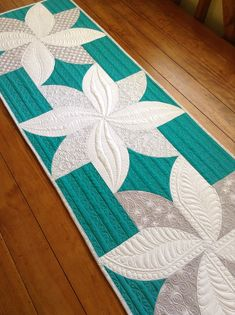Sew Kind Of Wonderful: Fun Poinsettias! Free tutorial for this tablerunner