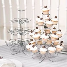 $260 - Base Para Cupcakes Metálica Para 23 Piezas! Hermoso Diseño! Candy Bark, Candy Favors, Coffee Shop Design, Le Diner, Personalized Favors, Display Shelves, Buffet, Wedding Cakes, Candle Holders