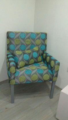 Butaca clasica en textil gris con aqua y verde.
