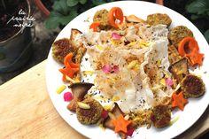 Hummuskreis mit Falafel, Karottensternen und Monden, gebratenen Kräuterseitlingen, Reispapierchips, Zitronenzeste, frischen Erdbeer- und Löwenzahnblütenblättern und getrocknete Blüten