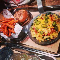 Burger, Sweet Potato Fries und Cheese Chilli Fries bei What's Beef in Düsseldorf