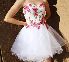 Vestido branco curto com rosas – Vestidos de 15 Anos